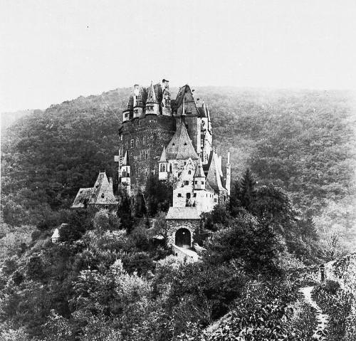 Bild [1]: Ansicht der Burg Eltz vom Elztal