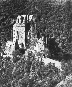 Bild [3]: Frontalansicht der Burg Eltz