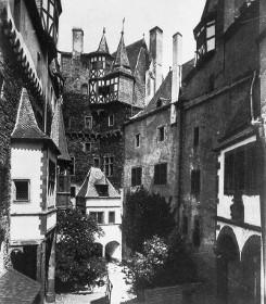 Bild [2]: Innenansicht des Hofs der Burg Eltz