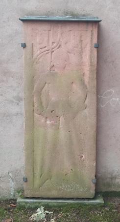 Abbildung 3: aufgestellte Grabplatte, Friedhof Kiedrich