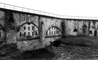 Bild [1]: Äußere der Kasematten mit Schießscharten und Maulscharten in Königstein